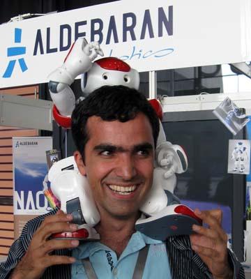 ربات در دست پیام گواهی مسابقات رباتیک
